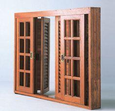 Modelo da Muirá com venezianas pantográficas que se abrem como se fossem uma porta-camarão. Feito de angelim- pedra, mede 1,40 x 1,10 m.