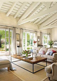 Salón sofás beige y vistas exterior