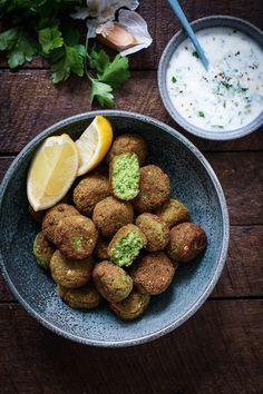 Falafel opskrift Greek Recipes, Vegan Recipes Easy, Veggie Recipes, Dog Food Recipes, Vegetarian Recipes, Cooking Recipes, Yummy Eats, Yummy Food, Tofu