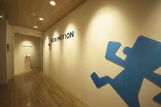 天井と床の木目が楽しい、明るくやさしいアットホームオフィス|オフィスデザイン事例|デザイナーズオフィスのヴィス