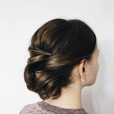 Небрежный пучок. Прическа на длинные волосы. Свадебная причёска