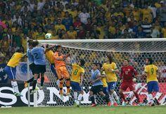 GRA466. BELO HORIZONTE (BRASIL), 26/06/2013.- Los jugadores de la selección de Brasil saltan por el balón junto a los de Uruguay, durante la semifinal de la Copa de las Confederaciones que disputan Br