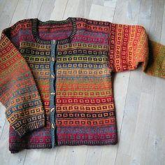Gratis mönster till kofta stickad i Kauni effektgarn. Crochet Stitches, Knit Crochet, Bra Hacks, Fair Isle Pattern, Fashion Now, Textiles, Fair Isle Knitting, Cardigan Pattern, Jackett