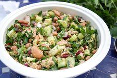 Direkt zum Rezept Ein gemischter Bohnensalat mit Thunfisch ist ein gesundes Rezept voller mediterraner Aromen inklusive Zitrone, Knoblauch und frischen Kräutern. Ihr packt Euch damit den Sommer auf…