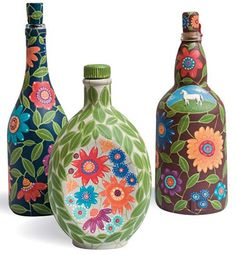 As garrafas pintadas a mão por Eugenia Kós custam R$ 151,50, cada uma, na Reciclamundo.