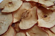 Apple Chips Try this nutritious, satisfying and delicious snack.Try this nutritious, satisfying and delicious snack. Healthy Recipes, Ww Recipes, Healthy Baking, Healthy Snacks, Snack Recipes, Cooking Recipes, Fall Recipes, Healthy Chips, Simple Snacks