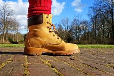 Individuals with wide feet often find it challenging to find shoes that are comfortable with the appropriate fit and support. Buying narrow shoes for work boots is not the answer. Best Hiking Gear, Best Hiking Boots, Good Work Boots, Cool Boots, Barefoot Boots, Minimalist Boots, Baskets, Narrow Shoes, Come Undone