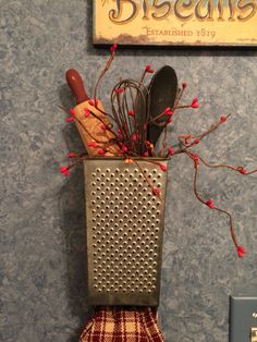Old grater with old utensils - Grater - Ideas of Grater Country Crafts, Country Decor, Rustic Decor, Farmhouse Decor, Home Crafts, Crafts To Make, Diy Crafts, Craft Projects, Projects To Try