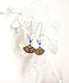 Boucles d'oreille bleue et bronze de style asiatique, éventails et perles de céramique. : Boucles d'oreille par mes-tites-lilis