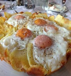 Potatoes with eggs from Agoriani Cookbook Recipes, Cooking Recipes, Greek Cooking, Cooking Time, Brunch, Greek Dishes, Food Decoration, Appetisers, Greek Recipes