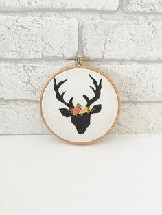 Tête de cerf, tête de cerf, Art de cerceau de broderie, broderie florale, couronne de fleur, cerf de tissu, tissu de cerf, bois Decor, Decor de pépinière