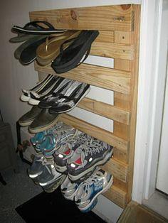 DIY Pallet Wood Shoe Rack...super easy and so functional!