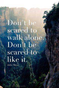 """""""Não tenha medo de andar sozinho. Não tenha medo de gostar."""""""