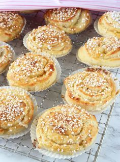 Oerhört saftiga, läckra bullar med ljuvligt god vaniljfyllning. Baking Recipes, Cookie Recipes, Dessert Recipes, Desserts, Swedish Recipes, Sweet Recipes, Coffee Bread, Bagan, Sweet Bread