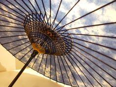 岐阜和傘 日傘 Kyoto Japan, Umbrellas, Installation Art, Japanese Art, Hand Fan, Design Elements, Kimono, Corner, China