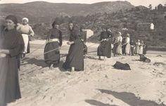 Mujeres de O Ézaro tirando de una red. Fotografía de Ruth Matilda Anderson