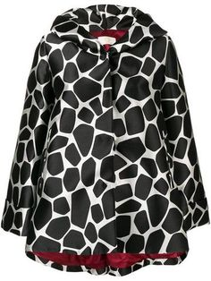 Black and white hooded rain coat from Sara Battaglia. A trendier version of the classic raincoat, with a funky giraffe print for a bold statement. Featuring a hood, a button fastening, a flared style and side slit pockets. Hooded Raincoat, Giraffe Print, Look Chic, Hoods, Luxury Fashion, Women Wear, Sweatshirts, Blouse, Sweaters