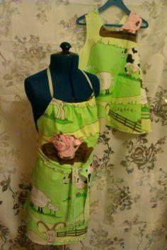 Barneforkle og forklekjole i friske farger med bpndegårdsmotiv