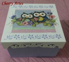 Caixa em MDF decorada Corujas Arte Country, Stencils, Diy And Crafts, Mixed Media, Decorative Boxes, Hand Painted, Cool Stuff, Painting, Angeles