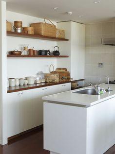 お気に入りの道具がディスプレイも兼ねて使いやすく収納された、料理家のワタナベマキさんのキッチン。/暮らし上手さんの飾り方・しまい方(「はんど&はあと」2012年10月号)