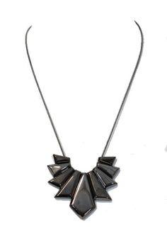 Collier de métal noir irisé : http://www.diabolobijoux.com/fr/collier-mode-pas-cher/990-collier-metal-pas-cher.html