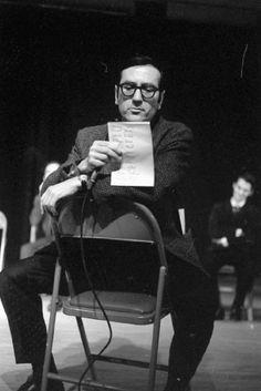 Gaston Miron à la Semaine de la poésie, 1968. BAnQ, Centre d'archives de Montréal, Fonds Ministère de la Culture, des Communications et de la Condition féminine (E6,S7,SS1,D680710 À 680711), photo de Gabor Szilasi.