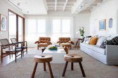 O apartamento, de mobiliário atemporal, foi reformado para abrigar a família da designer de interiores Daniela Cianciaruso