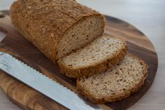 Glutenfritt havrebrød med kremost Lav Fodmap, Banana Bread, Mat, Baking, Desserts, Food, Bread Making, Meal, Patisserie
