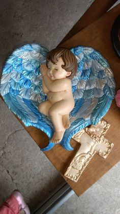 Bebé dormido en alas. #ceramica pintando a mano Ceramic Bisque, Mother Mary, Ceramic Painting, Disney Characters, Fictional Characters, Dragon, Clay, Cherubs, Sculpture