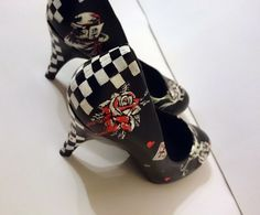 Hand painted Alice in Wonderland shoes. The design of these shoes is inspired by Alice in Wonderland.  The shoes are painted with acrylic and painted with a coat of varnish to seal the paint. They are waterproof, but it is best advised not to get them wet, and to take very good care of them. IMPORTANT!  These shoes are made to order. Message me about half sizes and the style of the shoe.  Each pair is not the same as they are hand painted also the style of shoe may differ slightly. If you…