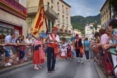 https://flic.kr/p/L9RLJd | 74ème Festival Folklorique International Danses et Musiques du Monde | N'hésitez pas à consulter notre site internet www.tourisme-amelie.com  Dès le début du 20° siècle et notamment lors des fêtes du Carnaval, un groupe de jeunes gens et de jeunes filles exécutait dans les rues de la ville des danses folkloriques catalanes.  Jean TRESCASES, fondateur des Danseurs catalans d'Amélie les bains en 1935, créa en 1936 un festival folklorique des provinces françaises.  Et…