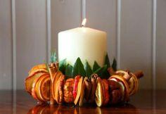 È molto facile realizzare un bel centrotavola profumato ed economico usando solo ció che abbiamo a casa. Basta della frutta come  mele ed arance tagliate a fette e fate essiccare vicino ad una fonte di calore...unite delle foglie di alloro o simili mettete qualche stecca di cannella e al centro una bella candela e voilá ...il vostro centrotavola BIO é pronto !