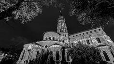 La #basilique Saint-Sernin de #Toulouse est un sanctuaire bâti pour abriter les reliques de saint Saturnin, premier évêque de #Toulouse, martyrisé en 250.  Devenu l'un des plus importants centres de pèlerinage de l'Occident médiéval, elle fut desservie, depuis le ixe siècle au plus tard et jusqu'à la Révolution française, par une communauté canoniale. #SaintSernin est la plus grande #église romane conservée en #Europe. Toulouse, Saint Sernin, France, Notre Dame, Europe, Building, Travel, Viajes, Buildings