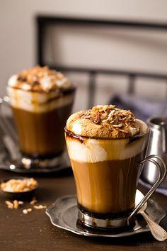 Мокко-кофе с жареным кокосом и взбитыми сливками