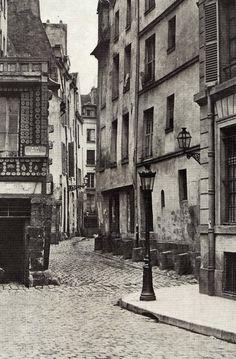 rue des Prêtres-Saint-Séverin - Paris 5ème La rue des Prêtres-Saint-Séverin vue depuis la rue Boutebrie, vers 1865. Le Vieux Paris, le très Vieux Paris... Une photo de Charles Marville.