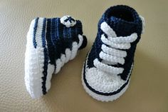 Mini converse AZUL MARINO de crochet hechos a mano con perlé de alta calidad. Patucos de primavera/verano/otoño.Elije talla y colores!!!!Tallas: 0-3