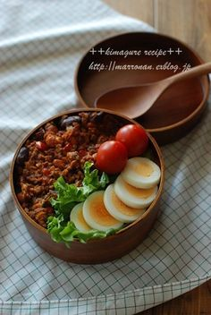 Dry curry bento box, with sides of sliced hard boiled egg, lettuce, and cherry tomatoes Bento Recipes, Veggie Recipes, Vegetarian Recipes, Cooking Recipes, Healthy Recipes, Veggie Food, Cooking Tips, Japanese Lunch, Japanese Food