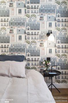 Esprit graphique et urbain dans la chambre de cet appartement à Paris.