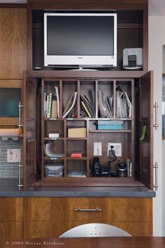 I need this in my kitchen - organisation.mobile charges, school notes, homework etc (mini office) Kitchen Desk Organization, Kitchen Desks, Kitchen Storage Solutions, Kitchen Office, Office Storage, Kitchen Nook, Closet Organization, Kitchen Stuff, Organization Station
