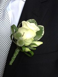 A very well dressed standard rose boutonniere. Corsage And Boutonniere, Groom Boutonniere, Boutonnieres, Prom Flowers, Bridal Flowers, Deco Floral, Floral Design, Peacock Design, Boutonnière Rose