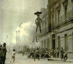 Quema de Judas en Ciudad de México. Calle de la Condesa, 1909