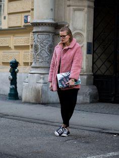 Fellmantel, Fluffy Coat, Fake Fur Mantel, Schwarzer Pullover, Schwarze Hose, Fashion, Day to night LookA