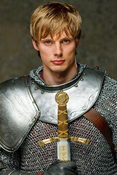 """Serie """"Real men shave"""" -- Prince Arthur (anglais Bradley James) dans série tv Merlin. 2008-2011. Super interprétation des acteurs, mais scénario et décors plutôt nuls."""