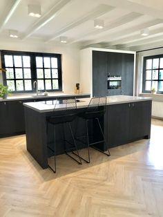 Apartment Interior Design, Kitchen Interior, Kitchen Decor, Black Kitchens, Home Kitchens, Table Centerpieces For Home, Open Plan Kitchen Dining Living, White Oak Floors, Cuisines Design