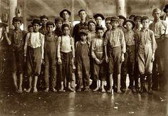 Lewis Hine W (1874-1940) . Fotografió a los niños para mostrar cómo eran de viles las leyes relativas al trabajo infantil. Si no podía ganar la entrada a las fábricas, que esperaría hasta que salieron del edificio.