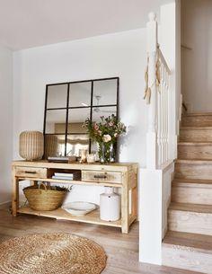 ideas con espejos de pared, mesa auxiliar de madera y detalles en mimbre, recibidor bonito en etilo provenzal