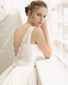 Un vestido clásico y elegante ralizado en cloqué. El cuerpo tiene una espectacular espalda joya con escote en V que se combina con una falda de volumen con blolsillos.