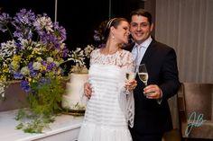 Julia e Celso resolveram comemorar o Casamento no Civil de maneira charmosa e romântica, num jantar intimista para convidados mais próximos. O Petit Comité