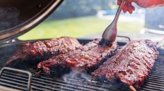 Ricette barbecue a legna, costine di maiale alla griglia, maiale alla brace