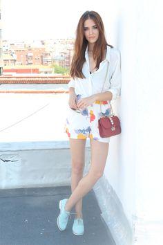 Llevo camisa de Yerse, shorts de Essentiel, gafas de sol de Polaroid, zapatos de corte masculino de Aita y bolso de Valentino.